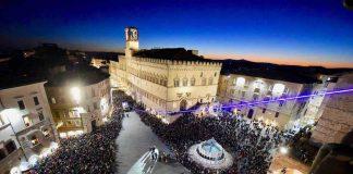 Vista dall'alto di sera di piazza IV Novembre a Perugia capoluogo della regione italiana Umbria