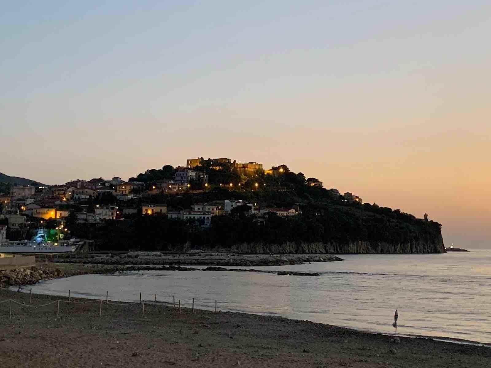 Agropoli vista dal lungomare: il castello a picco sul mare