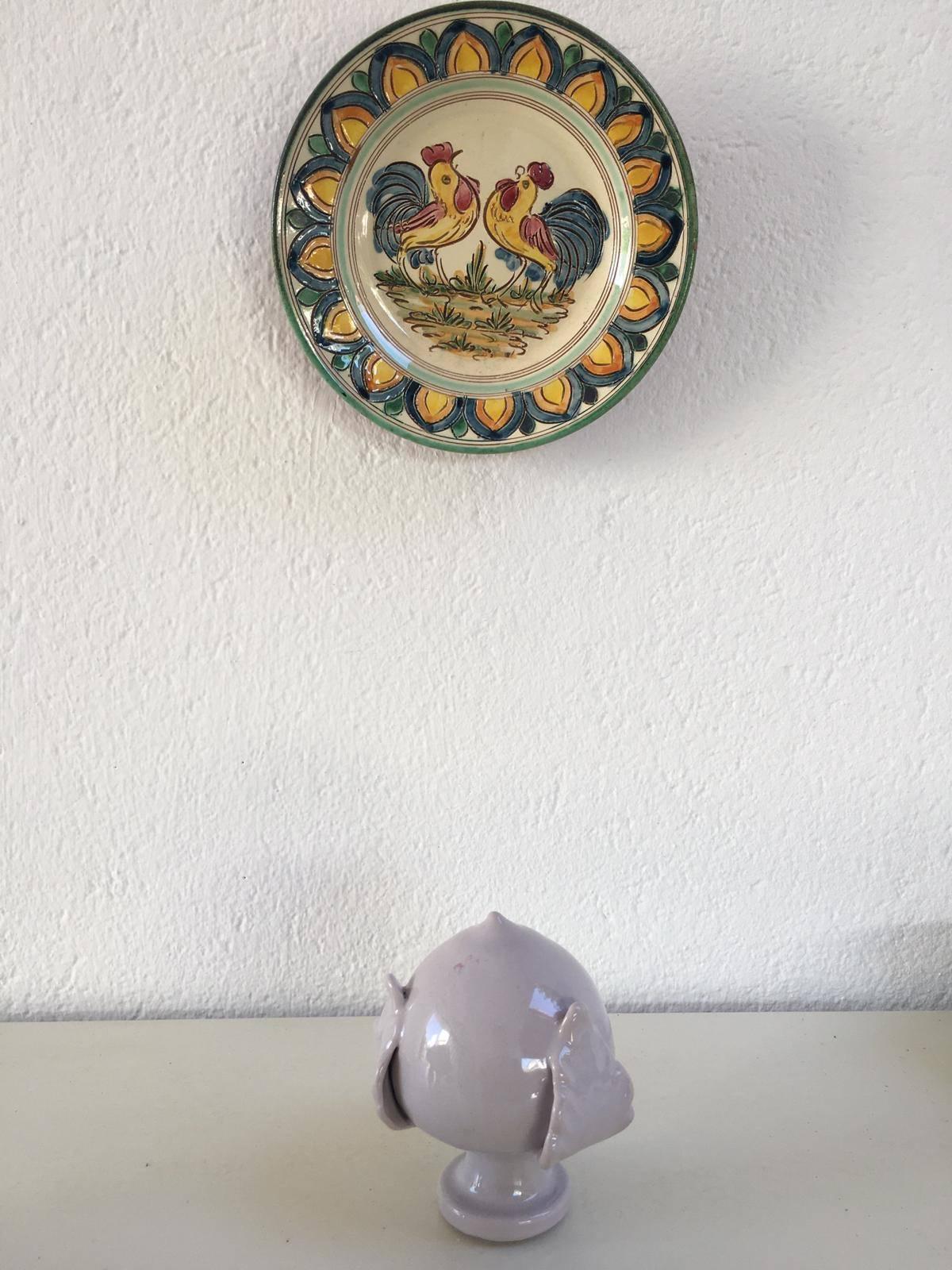Il pumo di Grottaglie sotto un piatto lavorato a mano