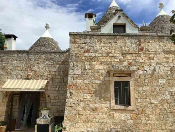 L'ingresso di Residenza Fenicia con i trulli in alto