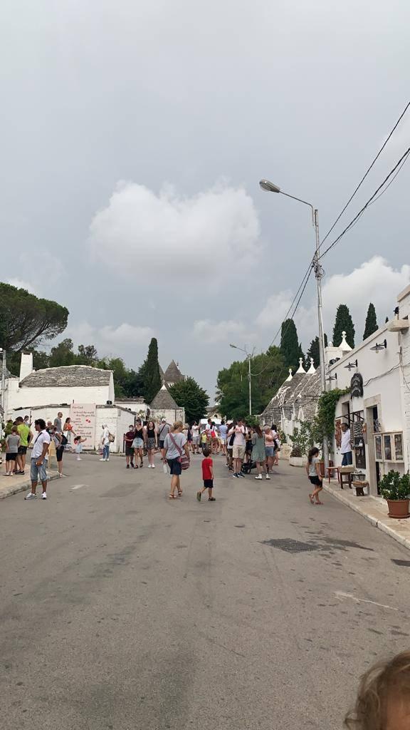 Turisti ad Alberobello nell'estate del 2020