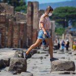 Lockdown Italia, ragazza a Pompei con la mascherina