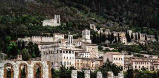 Umbria, la città medievale Gubbio vista panoramica
