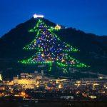 Albero di Natale più grande del mondo di notte e la città di Gubbio ai piedi