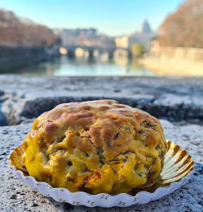 Pangiallo intero con sfondo sul fiume Tevere di Roma