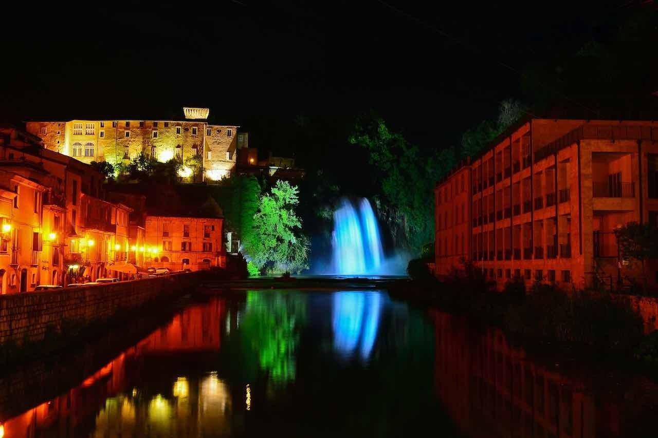 Isola del Liri, la cascata illuminata di notte
