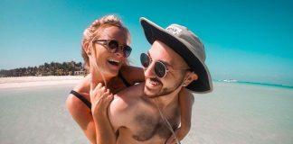Viaggi 2021, giovane coppia si diverte al mare