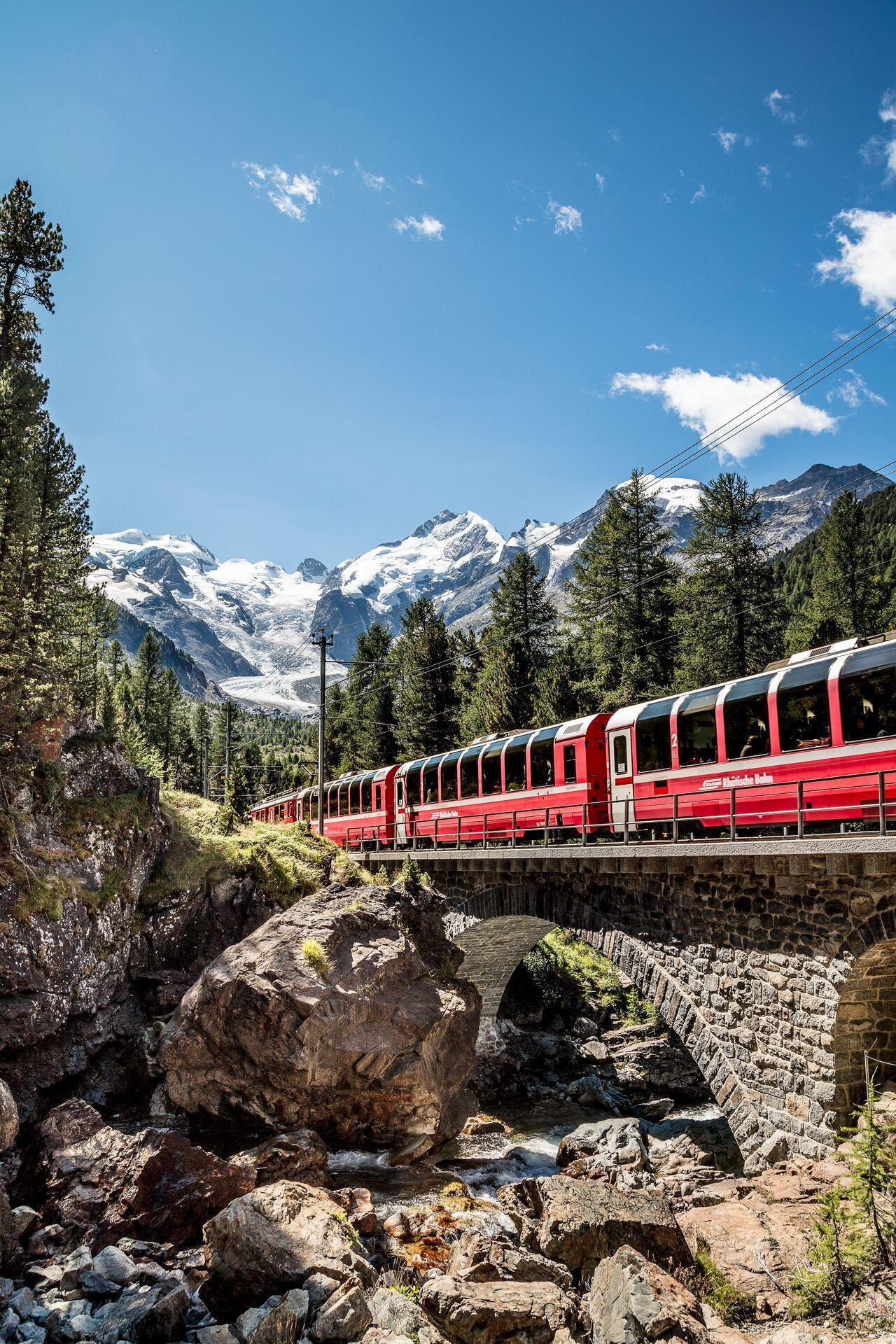 Ferrovia Retica, il trenino rosso del Bernina passa un piccolo viadotto