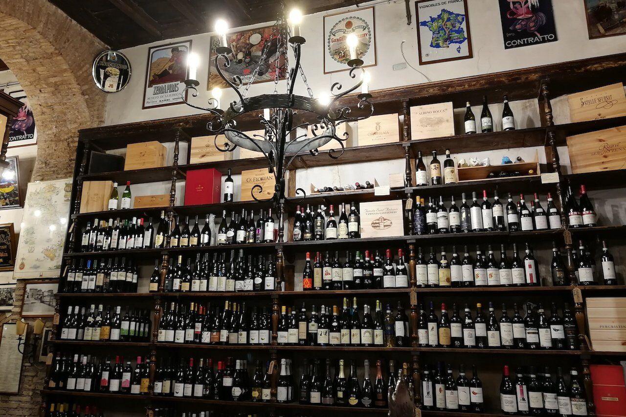 Alcune bottiglie di vino in un'enoteca