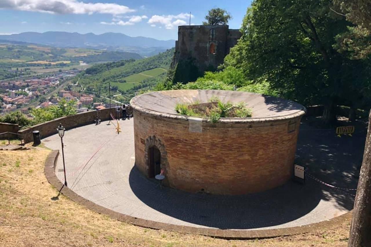 Pozzo di San Patrizio, ingresso esterno