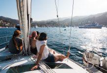 Vacanze in barca 2021, un gruppo di amiche sull'imbarcazione