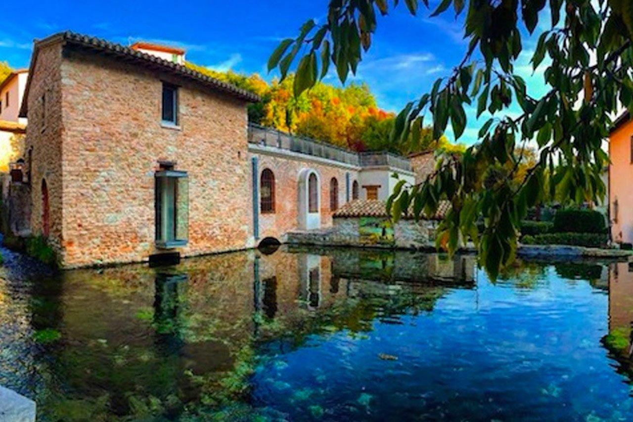 Borghi italiani, una casa di Rasiglia lambita dall'acqua