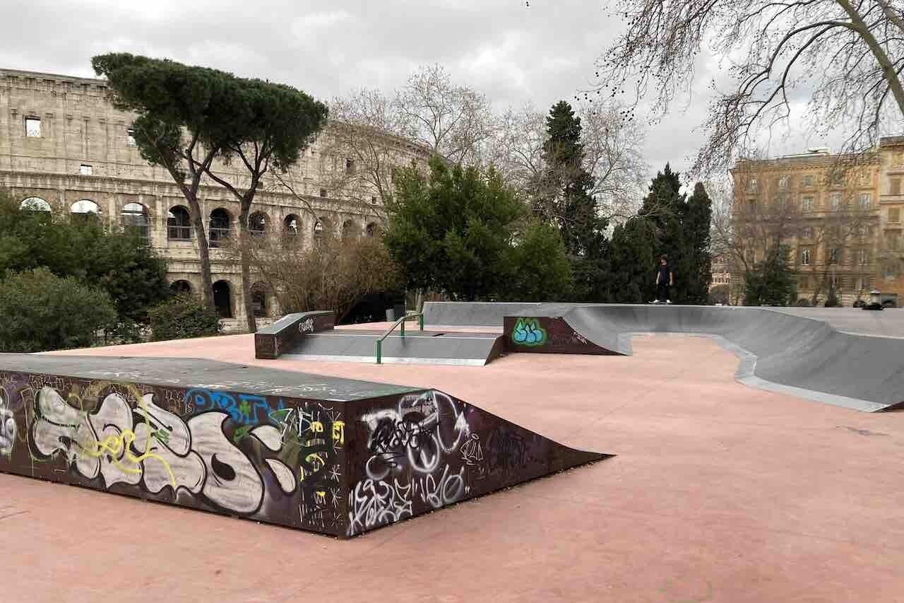 Skate park a Colle Oppio e da vicino il Colosseo