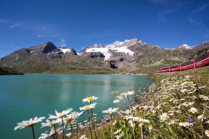 Italia, il trenino rosso vicino al lago