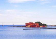 Isolotto Brancati visto dalla spiaggia con la casa rossa