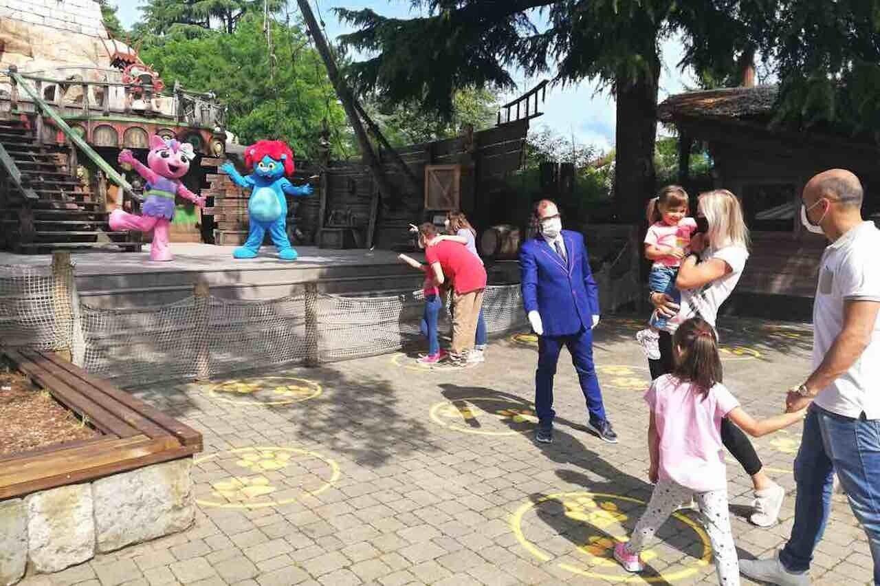 Parchi divertimento, distanziamento e sicurezza durante un gioco per bambini