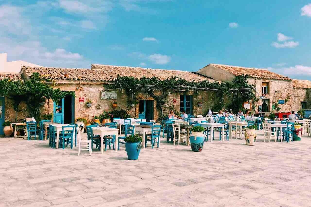 Marzamemi, locale con sedie e tavolini nel borgo