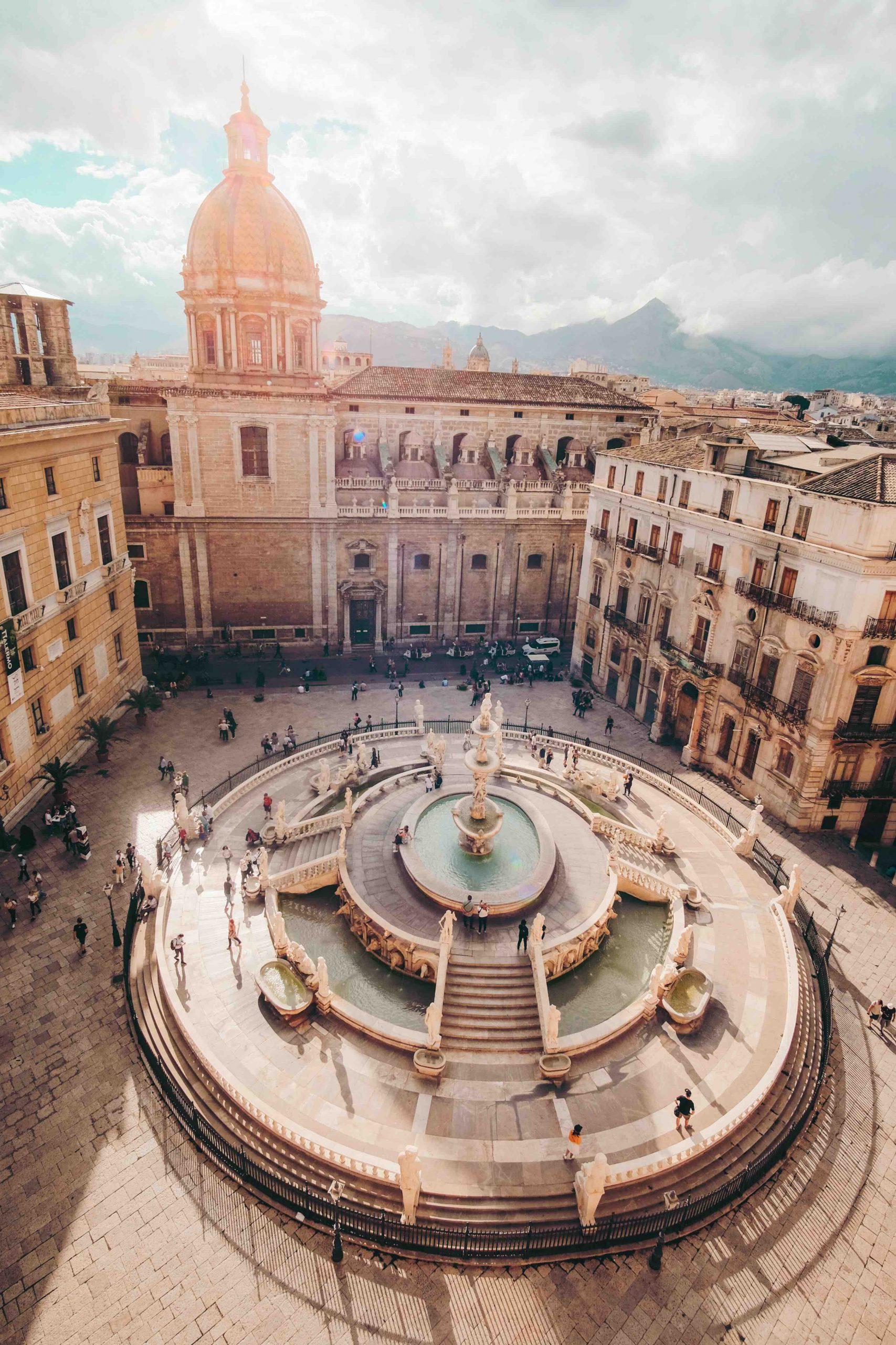 Palermo, vista dall'alto di una piazza della città