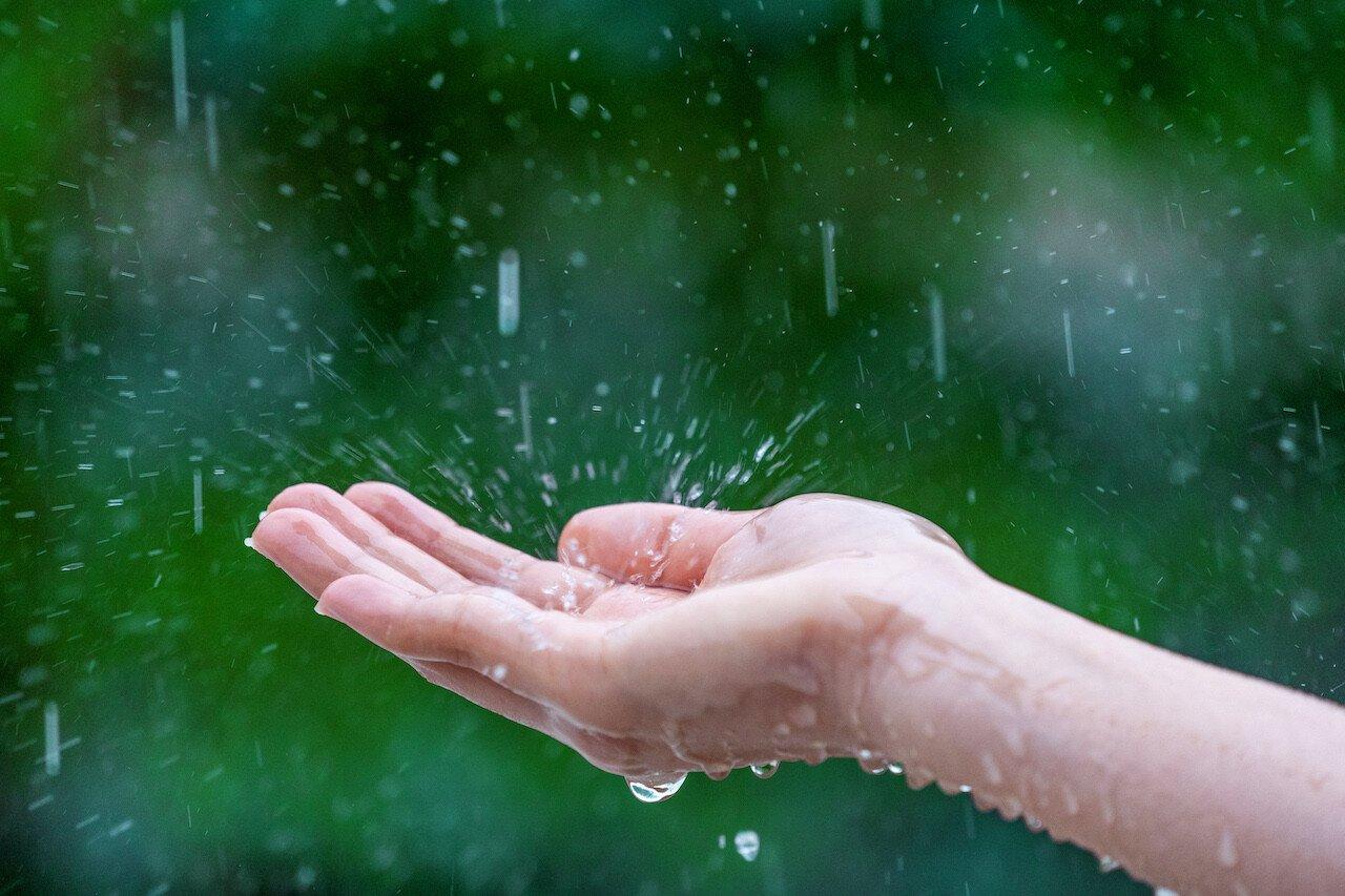 pioggia cade su una mano