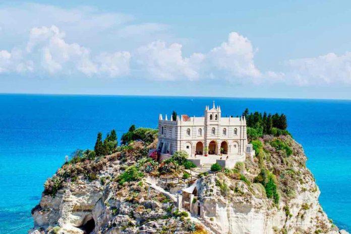 Chiese sul mare, vista della Santuario di Santa Maria dell'Isola di Tropea