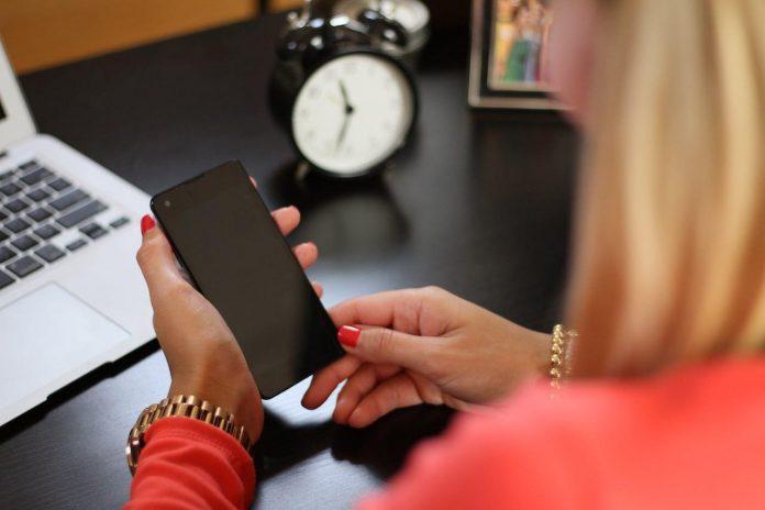 Stalking, donna al cellulare