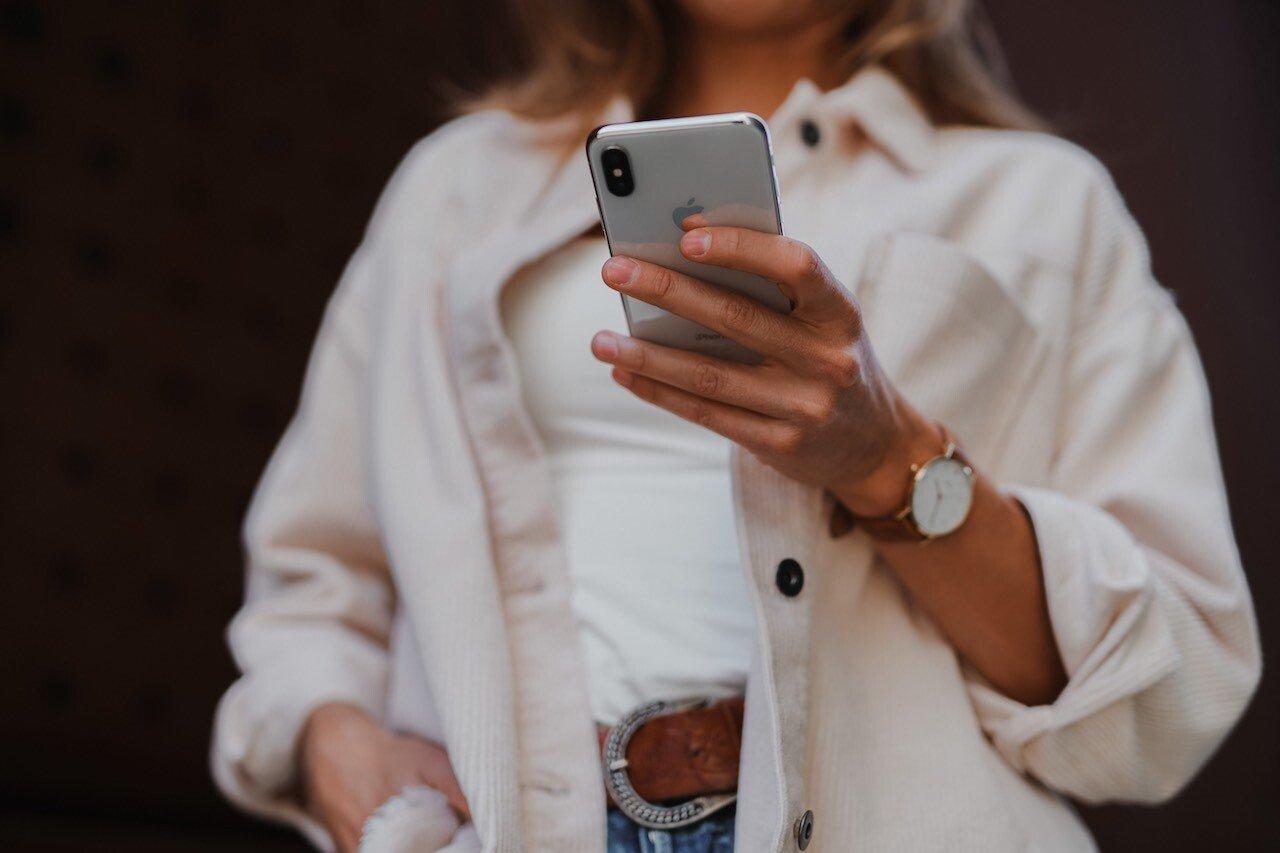 Donna guarda schermo del cellulare
