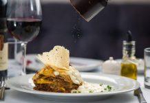 Ristoranti con piatto di lasagna sul tavolo