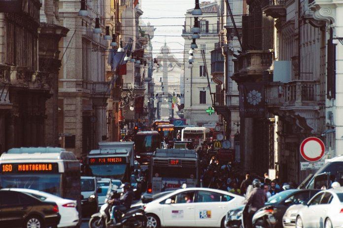 Spostamenti a Roma, l'auto è il mezzo preferito