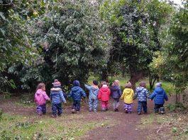 Scuola all'aperto, gruppo di bambini scopre l'ambiente e la natura