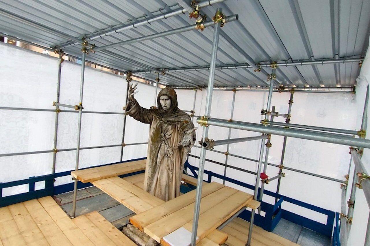 Ferrara, la statua del Savonarola nel cantiere di restauro
