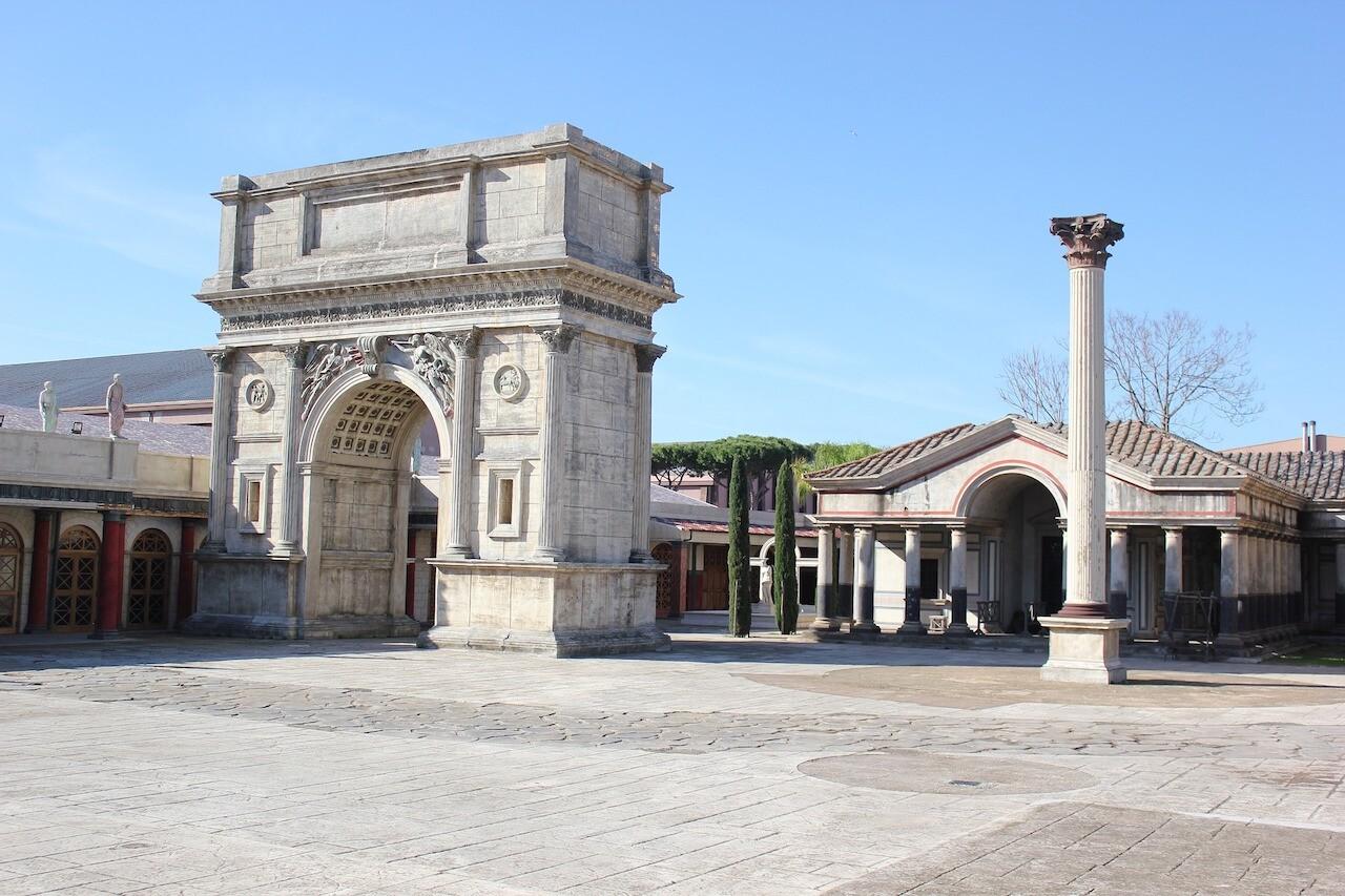 Set di Roma antica negli studios di Cinecittà