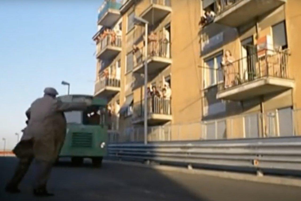 """Fantozzi, la scena dell'autobus """"al volo"""""""