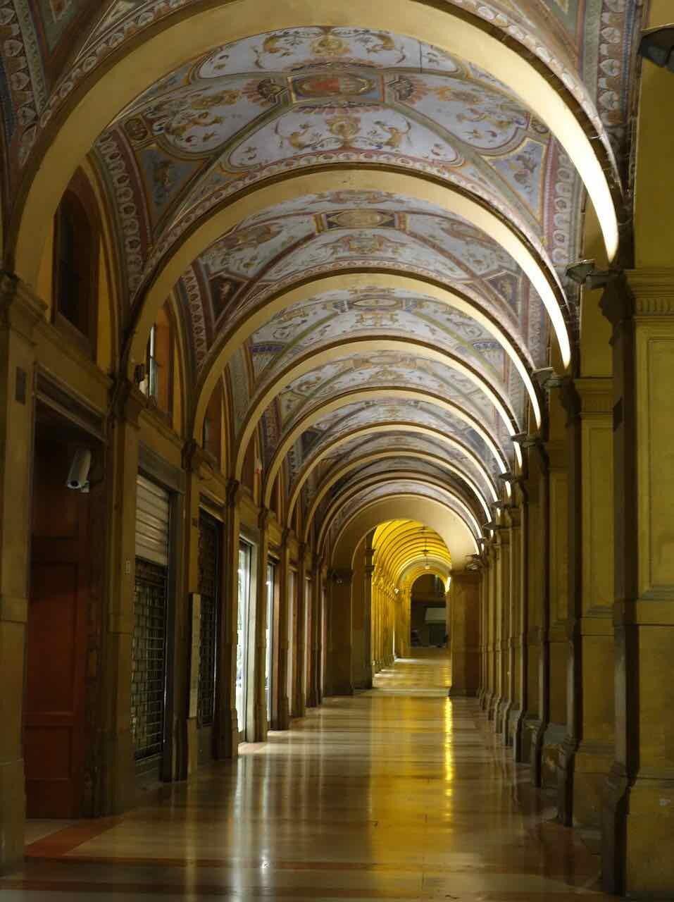 Portici di Bologna di notte e illuminati