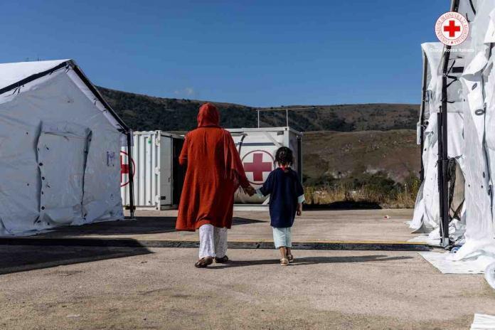 Afghanistan , campo della Croce Rossa per i profughi afgani